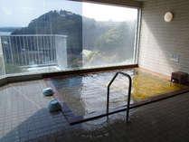掛流し温泉浴場は1階にございます。お湯は淡褐色でナトリウム-塩化物、炭酸水素等を含んでおります