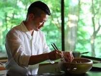 *【料理長】地元飯田出身の料理長。郷土の味覚を斬新なアイデアで一品一品心を込めて調理しています。