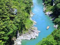 *様々な表情を見せる天竜川を見下ろすように当館は立地