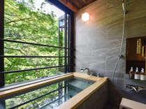 *【リノベーションルーム】半露天風呂。渓谷を望みながら温泉を堪能。