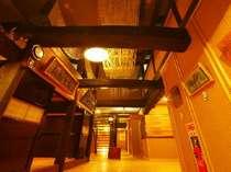 玄関を入ると、日本古民家からそのまま利用した吹き抜けがお出迎えします。