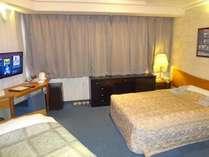 ダブルルーム(18平米・ベッド幅140cm)エキストラベットを使用して3名様まで、お泊り頂けます。