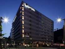 ホテル外観です。ホテルの斜め向かいにはビックカメラ京都駅店がございます。