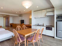高層階オーシャンビュー和洋室65平米(和・6畳)定員5名:室内にはレンジ、冷蔵庫など完備