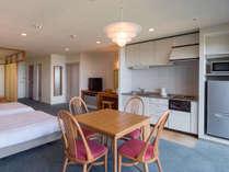 カジュアル和洋室55平米(和・4.5畳)定員4名:キッチン、家庭用冷蔵庫、電子レンジが備え付け
