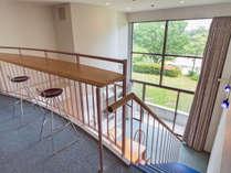 メゾネット和洋室81平米(和・8畳)定員5名:2階部分からは大きな窓から開放的なグリーンが。