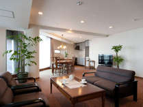 最上階オーシャンビューラージ和洋室112平米(和・9畳)定員5名:広々したリビングルーム