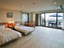 テラス付オーシャンビュー和洋室65平米(和室6畳)定員5名:テラスへはお部屋からダイレクトに。