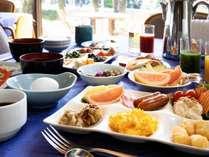 【本館レストラン朝食バイキング】朝からモリモリいっぱい食べて元気に遊びましょう!