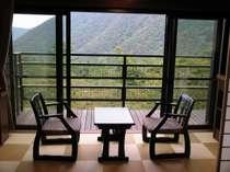 山の景色も抜群な霞館客室のテラス