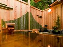 松竹館8号室の露天風呂。漆塗りの露天に源泉が贅沢にかけ流し