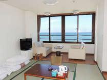 *[客室一例]全てのお部屋から大きな海の景色を間近にご覧いただけます。