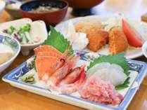 *[夕食一例]お刺身の盛り合わせ。何が出るかは季節ごとのお楽しみです。