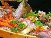 新鮮な旬の日本海の魚を豪華に舟盛りで。