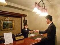 ホテルフロントは8Fに、24時間係はご対応致します。