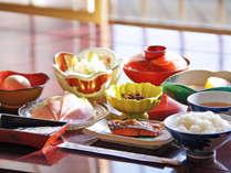 朝食の一例。朝は和定食をご用意します。地物野菜のサラダや煮物等といっしょに。