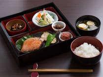 『づけや』の和朝食膳。ごはんとお味噌汁はおかわり自由☆焼魚や小鉢は日替わりにてご提供♪