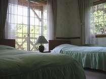 落ち着いた雰囲気の各部屋ツインの広いめのベッドでゆったりお過ごしください