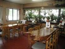 食堂。手作りのケヤキのテーブル。