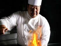 豪快に焼き上げる統括料理長の川口 守