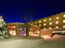 冬は一面の雪景色に!露天風呂からは雪見露天も楽しめます。