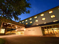 夜の外観。大自然の中でポッと輝くホテル。