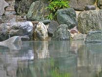 季節の香りを肌で感じられる野趣あふれる露天風呂。心行くまで贅沢なひとときを。
