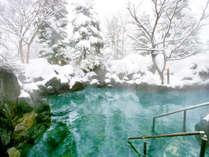 真っ白に化粧した五色温泉。白銀の中、ぽっかぽかの雪見露天風呂に浸かって体の芯まで温まる。