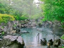 磐梯山噴火時の岩を積み上げた露天岩風呂。高原の風と夜の星空が贅沢な空間を演出!