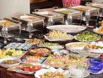 ご夕食は会津の郷土料理も楽しめる和洋バイキング。ライブキッチンで豊富な品揃え!(イメージ)