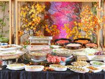 色とりどりの豊富な料理が並ぶバイキング。(イメージ)