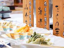 ライブキッチンで揚げたて熱々の旬天ぷら。時期により内容が変わります。(イメージ)