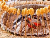 半つきのご飯を丸めて串にさし、じゅうねん味噌を塗って炭火で香ばしく焼いた素朴な郷土料理。(イメージ)