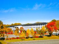 赤や黄色の紅葉が精彩な絵画を描く秋。ホテル周りのパノラマ紅葉満喫。
