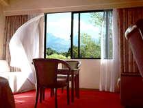 五色沼での早朝散歩から戻り、すっかり登った朝日で明るく照らされた客室。