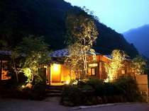 四万温泉最奥の宿。自然極まる静寂の中に佇む。