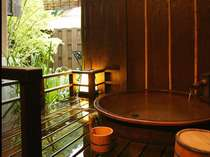 *<別邸美月庵「蛍」> 信楽焼の陶器のお風呂。お椀型で遊び心満載です♪