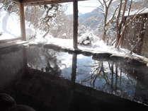 四万の雪景色を一望できる貸切露天風呂「鹿覗きの湯」