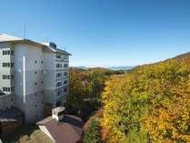 【秋のホテル外観】感動的な蔵王の紅葉に包まれる!目の前のロープウェイから紅葉の空中散歩体験も◎
