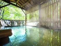 【露天風呂「葉がくれの湯」】木陰から射す日差しや蔵王の高原の風を感じ、源泉掛け流しの温泉を満喫