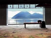 エントランスロビーは、湖に面してパノラマビューの窓になっています。湖の近さに驚かされます。
