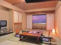ゆっくりとくつろげる湖側和室。窓からは、刻々と変わる洞爺湖の景色をお楽しみください。