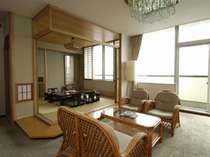 湖を見渡す眺望抜群の8階特別室。和室、リビング、ツインベッドルーム、御影石のバスルームがございます。