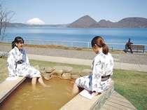 1階ロビー前にある、宿泊者専用の足湯。洞爺湖を眺めながらお楽しみください。