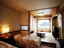 和洋室は手前にツインベッドルーム、奥に和室が続き、窓からは洞爺湖の素晴らしい眺めをご覧いただけます。