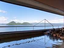 温泉は最上階の9階、洞爺湖の景色が眼前に広がる絶景の湯浴みをお楽しみいただけます。