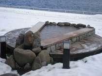 湖のほとりにあり、冬も楽しめるロビー前の足湯。暖かくしてご利用ください。