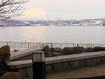 【冬】足湯から眺める冬の洞爺湖。