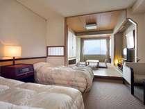 ツインベッドルームを備えた広々とした和洋室でゆとりのご滞在。