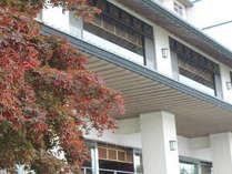 紅葉色めく秋の洞爺湖畔亭。
